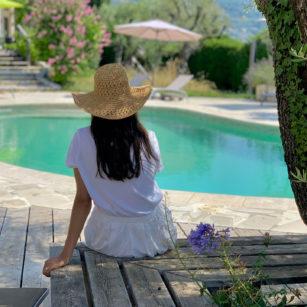 piscine ombragee bleu-azur